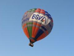 BGV-Heißluftballon im Tiefflug